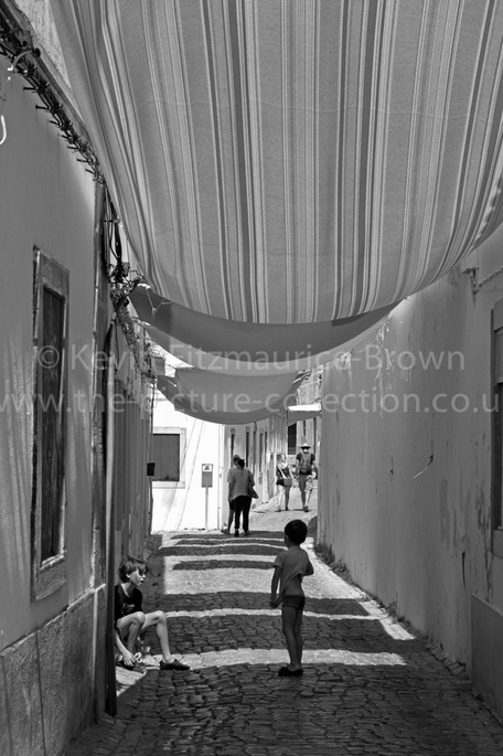 LOULE CHILDRE UNDER SHADE BLANKETS